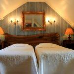 les lits dans la grande chambre de la maison du garde