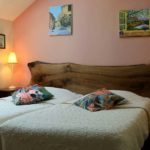 lits et têtes de lits dans chambre la tanière