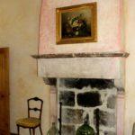 L'âtre de cheminée de la chambre la conciergerie