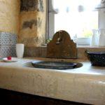 Le vieux évier en pierre servant de plan de toilette de la chambre la galerie