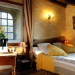 lit et tête de lit dans la chambre la tour