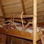 Rambarde du lit mi-hauteur de la cabane