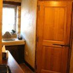 Évier en pierre servant de plan de toilette dans la chambre la galerie