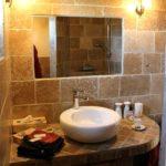 plan de vasque en pierre en chambre d'hôte
